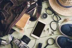 Vista de arriba de los accesorios y de los artículos del ` s del viajero Imágenes de archivo libres de regalías