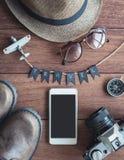 Vista de arriba de los accesorios y de los artículos del ` s del viajero Foto de archivo