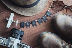 Vista de arriba de los accesorios y de los artículos del ` s del viajero Imagen de archivo libre de regalías