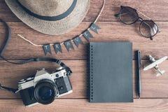 Vista de arriba de los accesorios y de los artículos del ` s del viajero Fotos de archivo