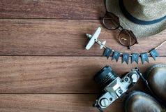 Vista de arriba de los accesorios y de los artículos del ` s del viajero Foto de archivo libre de regalías