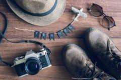 Vista de arriba de los accesorios y de los artículos del ` s del viajero Fotografía de archivo libre de regalías