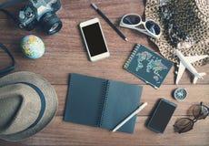 Vista de arriba de los accesorios y de los artículos del ` s del viajero con el cuaderno Foto de archivo libre de regalías