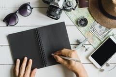 Vista de arriba de los accesorios y de los artículos del ` s del viajero con el cuaderno Fotografía de archivo libre de regalías
