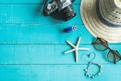 Vista de arriba de los accesorios y de los artículos del ` s del viajero con el spac de la copia Foto de archivo libre de regalías