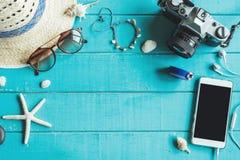 Vista de arriba de los accesorios y de los artículos del ` s del viajero con el spac de la copia Fotos de archivo