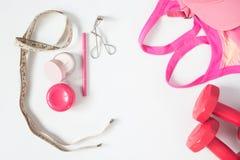 Vista de arriba de los artículos esenciales de la belleza, pesas de gimnasia rojas, Br del deporte Fotos de archivo