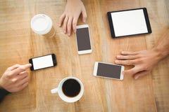 vista de arriba de manos cosechadas con los teléfonos móviles y la tableta digital Imágenes de archivo libres de regalías