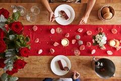 Vista de arriba de pares románticos en la comida del día de tarjetas del día de San Valentín Fotos de archivo