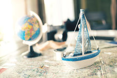 Vista de arriba de Traveler& x27; accesorios de s, artículos esenciales de las vacaciones, concepto del viaje Foto de archivo