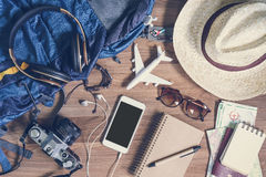 Vista de arriba de Traveler& x27; accesorios y artículos, concep de s del viaje imagen de archivo
