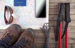 Vista de arriba de Traveler& x27; accesorios de s, artículos esenciales de las vacaciones, fondo del concepto del viaje Foto de archivo