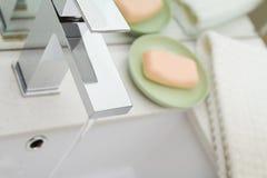 Vista de arriba de un golpecito y de un accessori contemporáneos del cuarto de baño del mezclador Fotografía de archivo