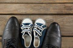 Vista de arriba de zapatos en la tabla Foto de archivo libre de regalías