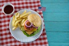 Vista de arriba del cheeseburger con la bandera americana Fotografía de archivo libre de regalías