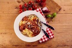 Vista de arriba del cuenco de espaguetis boloñés Imagenes de archivo