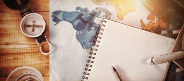 Vista de arriba del diario con el mapa y la cámara Imagenes de archivo