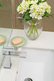 Vista de arriba del golpecito y del lavabo modernos del cuarto de baño Imagenes de archivo
