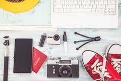 Vista de arriba del plan de viaje de los accesorios del ` s del viajero, vacaciones del viaje, maqueta Instagram del turismo que  foto de archivo libre de regalías