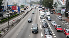 Vista de arriba del tráfico en Hong Kong Freeway ocupado almacen de metraje de vídeo