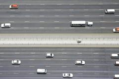 Vista de arriba del transporte en Sheikh Zayed Road, Dubai, United Arab Emirates fotografía de archivo libre de regalías
