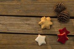 Vista de arriba de galletas asteroides con los conos del pino en la tabla Fotografía de archivo libre de regalías