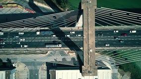 Vista de arriba hacia abajo aérea del tráfico cable-permanecido moderno del puente metrajes