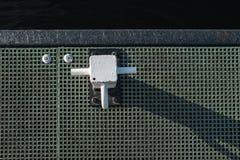 Vista de arriba hacia abajo de las naves que amarran los posts vistos en un embarcadero de la plataforma Imágenes de archivo libres de regalías