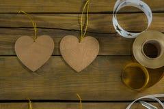 Vista de arriba de la decoración de la forma del corazón con los carretes de la cinta Fotografía de archivo libre de regalías