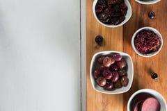 Vista de arriba de la rebanada de las remolachas con las diversas frutas en cuencos Foto de archivo libre de regalías