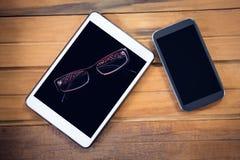 Vista de arriba de la tableta digital con smartphone y las lentes Imágenes de archivo libres de regalías