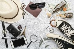 Vista de arriba de los accesorios del ` s del viajero, artículos esenciales de las vacaciones, fondo del concepto del viaje Imagen de archivo libre de regalías