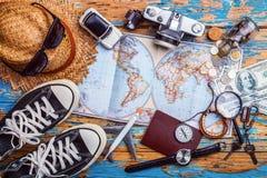 Vista de arriba de los accesorios del ` s del viajero, artículos esenciales de las vacaciones, fondo del concepto del viaje Fotografía de archivo libre de regalías