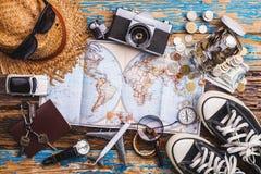 Vista de arriba de los accesorios del ` s del viajero, artículos esenciales de las vacaciones, fondo del concepto del viaje Foto de archivo