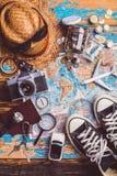 Vista de arriba de los accesorios del ` s del viajero, artículos esenciales de las vacaciones, fondo del concepto del viaje Foto de archivo libre de regalías