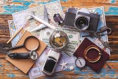 Vista de arriba de los accesorios del ` s del viajero, artículos esenciales de las vacaciones, fondo del concepto del viaje Imagen de archivo