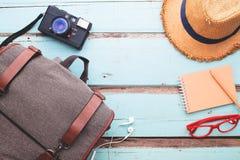 Vista de arriba de los accesorios del ` s del viajero, artículos de las vacaciones, viaje Foto de archivo libre de regalías