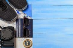 Vista de arriba de los accesorios del ` s del viajero Fondo del concepto del viaje Artículos esenciales de las vacaciones, maquet Fotografía de archivo
