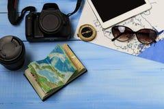 Vista de arriba de los accesorios del ` s del viajero Fondo del concepto del viaje Artículos esenciales de las vacaciones, maquet Imagenes de archivo