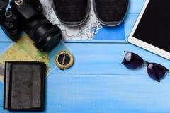 Vista de arriba de los accesorios del ` s del viajero Fondo del concepto del viaje Artículos esenciales de las vacaciones, maquet Imagen de archivo libre de regalías