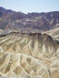Vista de arriba de los picos y de los valles de montaña foto de archivo libre de regalías