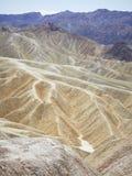 Vista de arriba de los picos y de los valles de montaña foto de archivo