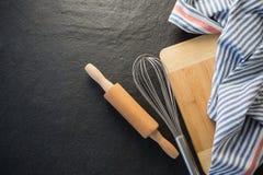 Vista de arriba de los utensilios de la cocina con la servilleta Imágenes de archivo libres de regalías
