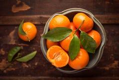 Vista de arriba de mandarinas en cuenco de la loza de barro Fotos de archivo libres de regalías