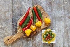 Vista de arriba de pimientos picantes rojos, verdes y amarillos Imagen de archivo libre de regalías
