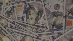 Vista de arriba de U S Cientos billetes de dólar que giran almacen de video