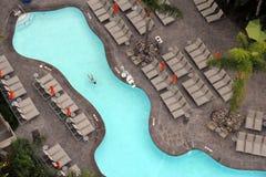 Vista de arriba de una natación de la mujer en una piscina foto de archivo