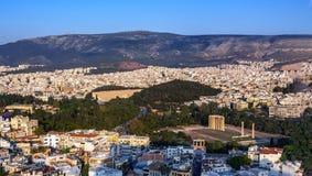 Vista de Atenas, de Grecia y del templo de Zeus Olympian de la acrópolis en la puesta del sol imágenes de archivo libres de regalías