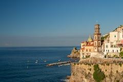 Vista de Atrani en la costa de Amalfi en el amanecer imagen de archivo