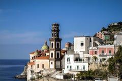 Vista de Atrani na costa de Amalfi, Itália Imagens de Stock Royalty Free